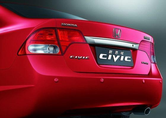 CIVIC(新思域)一次推出炫酷黑和象牙黄两款内饰风格。炫酷黑色系的内饰使整车风格偏向动感和品味,内敛中蕴含激情与活力;而象牙黄色系的内饰则彰显家庭的温馨气息,清新、柔和、淡雅。在更改内饰色系的同时,CIVIC(新思域)装备了高质感的三幅多功能方向盘,更显运动气质且手感极佳,精心布置的多功能控制按钮,可轻松实现巡航、音响等常用系统的控制,带来更舒适和流畅的驾驶感受。   源自F1的操控体验——更便捷 CIVIC(新思域)继续沿用第八代思域的1.